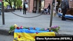 Кветкі на месцы гібелі ўкраінскіх патрыётаў падчас сутычак у Адэсе