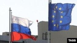 Флаги России и Евросоюза.