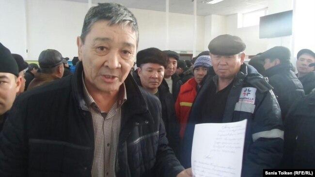 Председатель профсоюза Oil Construction Company Амин Елеусинов в городском акимате. Актау, 5 января 2017 года.