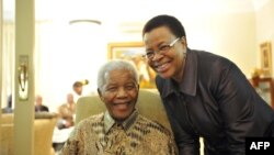 Нельсон Мандела с супругой. 16 мая 2011 года.