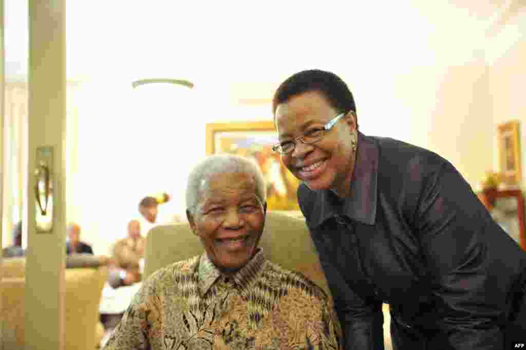 Мандела женился на Машел 18 июля 1998 года в свой 80-й день рождения.