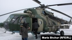 Журналісти сідають в українські військові вертольоти