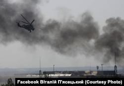 Гелікоптер ЗСУ у небі над Донецьким аеропортом. Іде бій. Спецпризначенці 3-го полку витісняють бойовиків гібридних російських сил із нового терміналу. 26 травня 2014 року