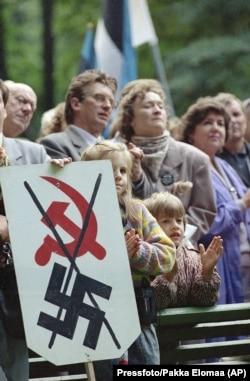 Учасники акції «Балтійський шлях» в Естонії в 50-у річницю підписання Пакту Молотова-Ріббентропа. Таллінн, 23 серпня 1989 року