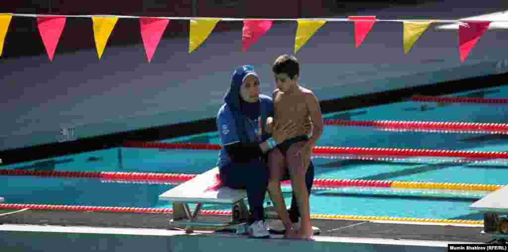 Мать готовит сына к заплыву. Бассейн в Южно-Калифорнийскои университете