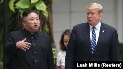 Udhëheqësi verikorean, Kim Jong-un dhe presidenti i SHBA-së, Donald Trump, në Hanoi të Vietnamit.