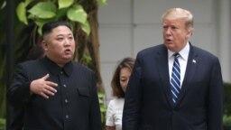 Лидерът на КНДР Ким Чен Ун и американският президент Доналд Тръмп по време на срещата им в Ханой.