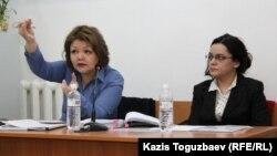 Журналист Юлия Козлова (оң жақта) мен адвокаты Айман Омарова. Алматы, 26 ақпан 2016 жыл.