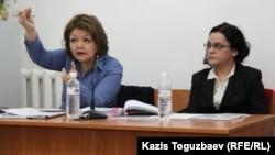 Журналист оппозиционного сайта Nakanune.kz Юлия Козлова (справа), обвиняемая в хранении наркотиков, и ее адвокат Айман Умарова. Алматы, 26 февраля 2016 года.