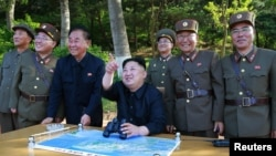 این تصویر رهبر کره شمالی را در ۲۱ ماه مه در جمع شماری از فرماندهان نظامی در حال نظارت بر یک آزمایش موشکی نشان میدهد