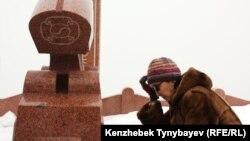 Салтанат Атушева, жена убитого лидера оппозиции Алтынбека Сарсенбаева, на его могиле. Алматы, 11 февраля 2012 года.