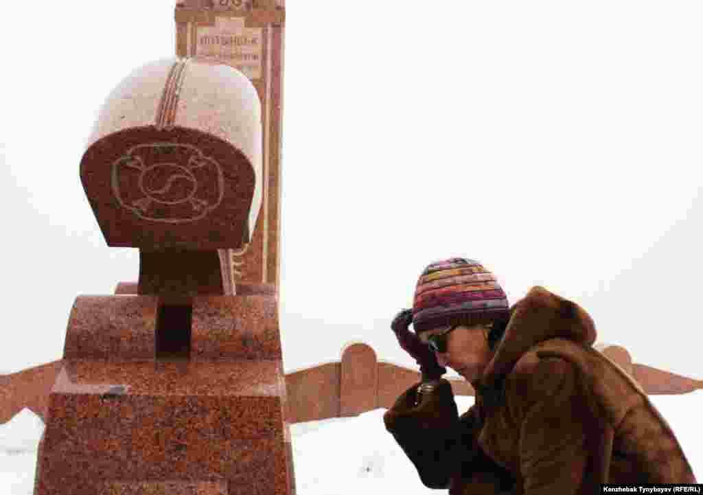 Салтанат Атушева, жена покойного Алтынбека Сарсенбаева, у его могилы. 11 февраля 2012 года.