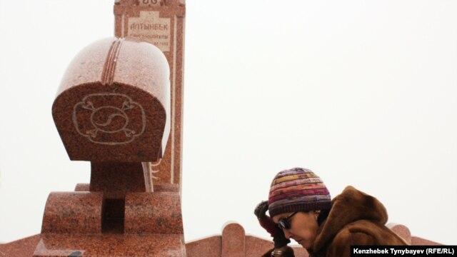 Алтынбек Сәрсенбайұлының жұбайы Салтанат Атушева ерінің бейіті басында отыр. Алматы, 11 ақпан 2012 жыл.