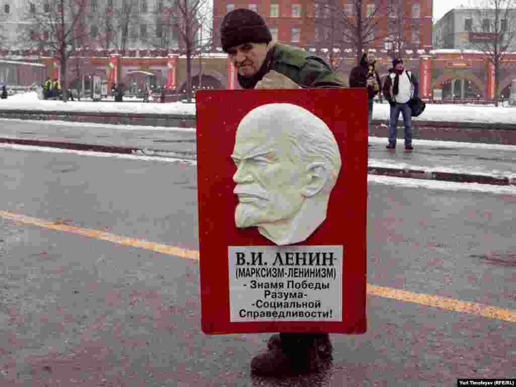"""На """"День гнева"""" у памятника Карлу Марксу собрались сторонники различных оппозиционных движений"""