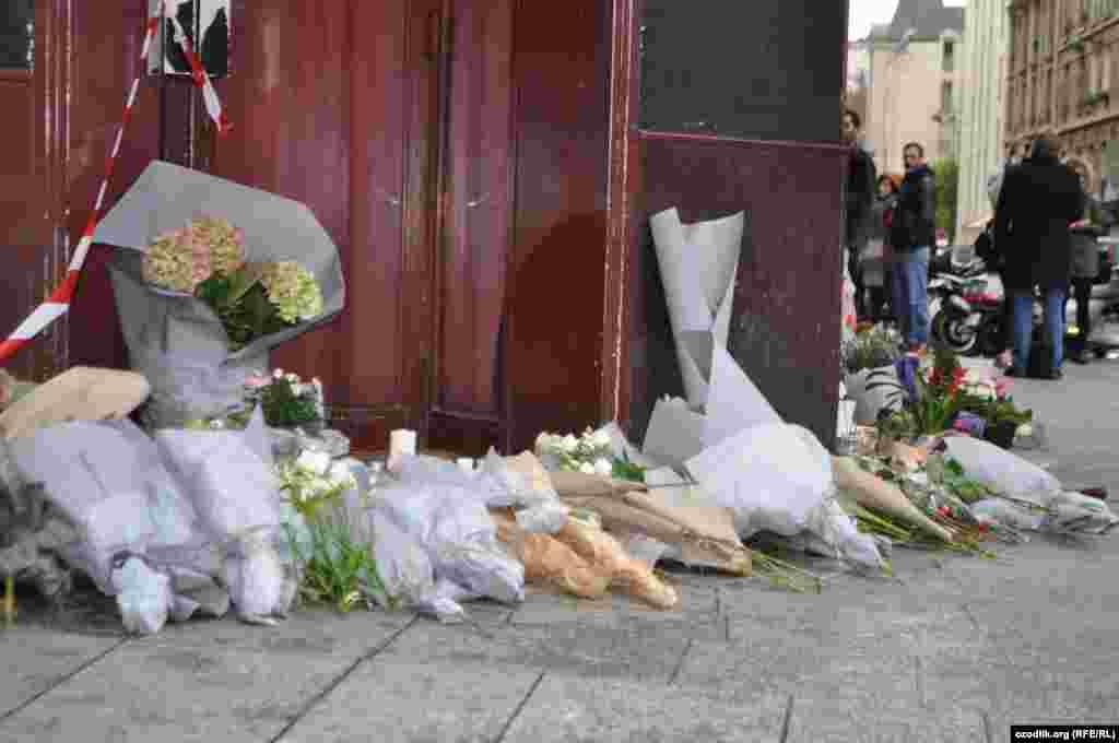 Парижде 13 қарашада террорлық шабуыл жасалған көпшілік орындардың бірінде құрбандардың құрметіне қойылған гүлдер. 14 қараша 2015 жыл.