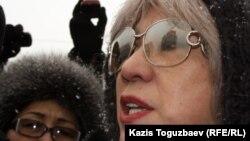 Guljan.org сайтының бас редакторы (оң жақта) Гүлжан Ерғалиева. Алматы, 17 қаңтар, 2012 жыл.