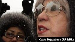 Guljan.org сайтының бас редакторы Гүлжан Ерғалиева (оң жақта) наразылық шеруінде. Алматы, 17 қаңтар, 2012 жыл.