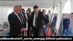 Эрнест Алексеев рассказывает тогдашнему премьер-министру Беларуси Михаилу Мясниковичу, каким должен был стать сервисцентр в Ашхабаде. 2014 год