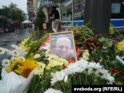Квіти на місці вбивства Павла Шеремета, Київ, 21 липня 2016 року