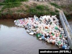 Пластиковый мусор в реке в Туркменистане. 13 июня 2013 года.