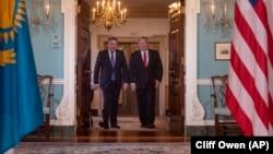 АҚШ мемлекеттік хатшысы Майк Помпео (оң жақта) мен Қазақстан сыртқы істер министрі Мұхтар Тілеуберді Вашингтонда. 12 желтоқсан 2019 жыл.