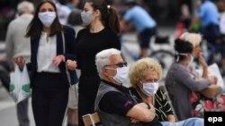 Луѓе со заштитни маски во Скопје поради пандемијата со Ковид-19