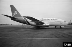 """""""Боинг 737-200"""" """"Литовских авиалиний"""" в аэропорту Вильнюса, 1991 год"""