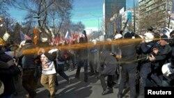 Поліція застосовує сльозогінний газ під час акції протесту в Анкарі, 13 лютого 2015