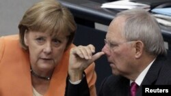 Angela Merkel consultîndu-se cu ministrul de finanțe Wolfgang Schaeuble