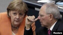 Германскиот канцелар Ангела Меркел и германскиот министер за финансии Волфганг Шојбле.