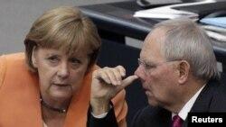 Almaniya kansleri Merkel öz maliyyə naziri Schaeubleyə diqqətlə qulaq asır