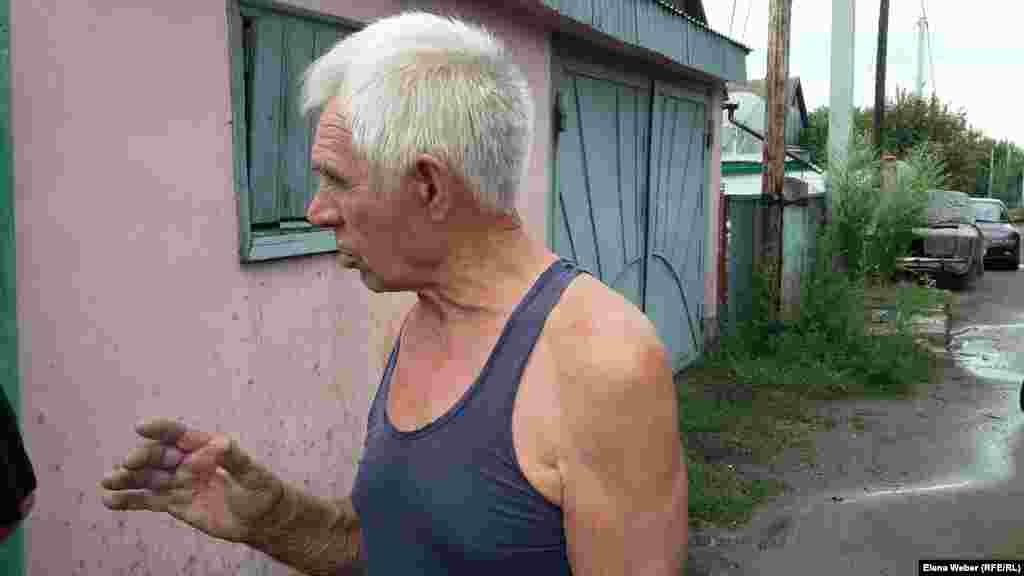 79-летний Виктор Линьков, житель поселка Новая Тихоновка, так же как и некоторые другие жители, считает, что построить транспортную развязку можно в обход березовой рощи: – Березовая роща дает нам чудесный воздух. И это красота неописуемая. Я всегда за то, чтобы сохранять всевозможные зеленые насаждения. Я против того, чтобы их уничтожать ради какого-то участка дороги или любого другого объекта. Хорошее можно уничтожить за малое время, а посадить и вырастить очень много надо времени. Поэтому надо задуматься прежде, чем уничтожать. Обойти рощу можно, но это, конечно же, выйдет дороже.