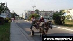 Запряженная лошадью повозка на улицах города на Кубе. Иллюстративное фото.
