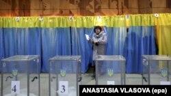 Голосування на одній з виборчих дільниць в Курахові Донецької області під час виборів парламенту України, 26 жовтня 2014 року