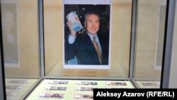 Экспозиция с демонстрацией казахстанской валюты.