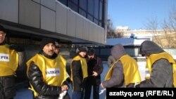"""Активисты движения """"Антигептил"""" перед акцией протеста в Астане. 15 января 2014 года."""