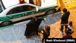 Иранская полиция задерживает молодых людей. Иллюстративное фото