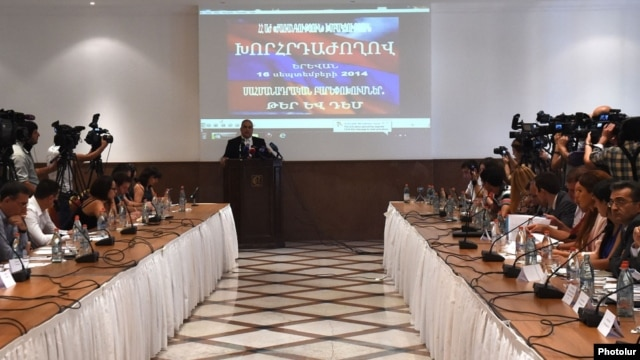 Armenia - Opposition leader Raffi Hovannisian opens a meeting of top representatives of Armenia's leading political parties on constitutional reform planned by President Serzh Sarkisian, Yerevan, 16Sep2014.