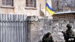 Российские военные у штаба ВМС Украины в Симферополе. 18 марта 2014 года.