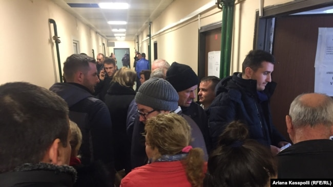 Pacientët duke pritur korridoreve në njërën nga klinikat e QKUK-së.