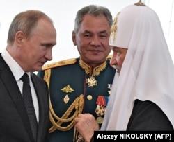 Președintele rus Vladimir Putin , Patriarhul Chiril și ministrul apărării Serghei Șoigu, Sankt Petersburg, 30 iulie 2017