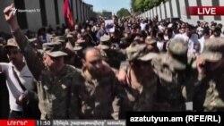 Harby geýimli ýaşlar hem protestçilere goşuldy, Ýerewan, 23-nji aprel, 2018