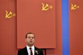 Культ Победы в Великой Отечественной войне - один из важных элементов нынешнего патриотизма. (Премьер-министр Дмитрий Медведев выступает на открытии Музея Великой Отечественной на Поклонной горе, 28 апреля 2015)