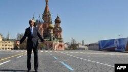وزير الخارجية الأميركي جون كيري أثناء جولته (الثلاثاء) في الساحة الحمراء بموسكو