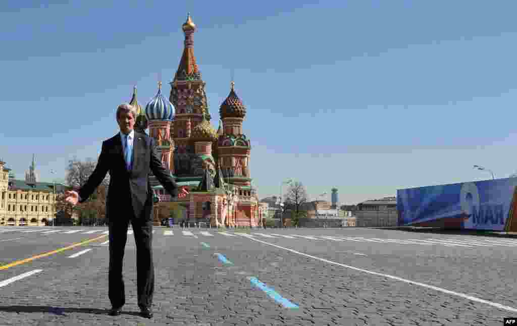U.S. Secretary of State John Kerry in front of St. Basil's Cathedral during a walk in Red Square in Moscow. (AFP/Mladen Antonov)