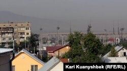 Алатау бөктерінен қалаға қарай келе жатқан өрттің түтіні. Алматы, 13 тамыз 2012 жыл.