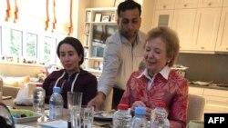 لطیفه بنت محمد آل مکتوم (چپ) در حال صرف عذا با مری رابینسون