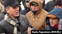 """""""Азат"""" жалпыұлттық социал-демократиялық партиясының теңтөрағасы Болат Әбілов Ақтаудағы алаңда наразылық білдірушілермен сөйлесіп тұр. 21 желтоқсан 2011 ж."""