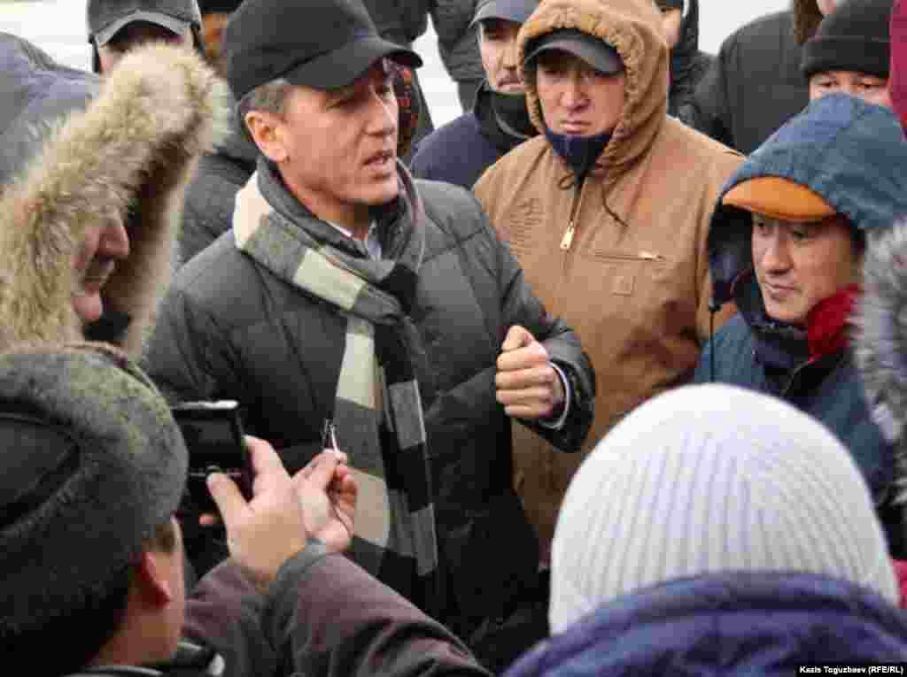 """""""Азат"""" партиясының тең төрағасы Болат Әбілов жергілікті тұрғындармен сөйлесіп тұр. Ақтау, 21 желтоқсан 2011 жыл"""