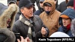 """Сопредседатель оппозиционной партии ОСДП """"Азат"""" Болат Абилов беседует с протестующими на площади в Актау. Актау, 21 декабря 2011 года."""
